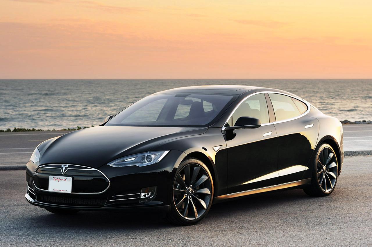 Tesla dei record: 8000 km in un mese