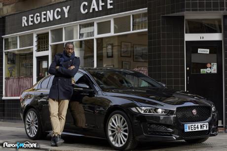 Idris Elba con Jaguar XE