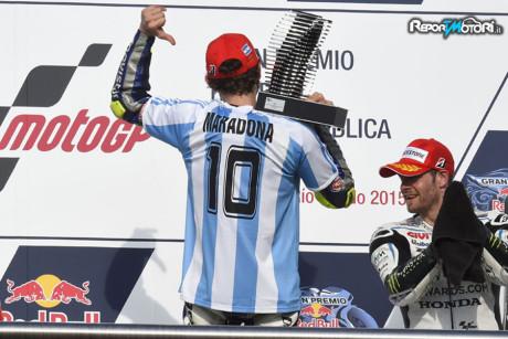 Valentino Rossi indossa la maglia di Maradona - MotoGP 2015 - Rio Hondo