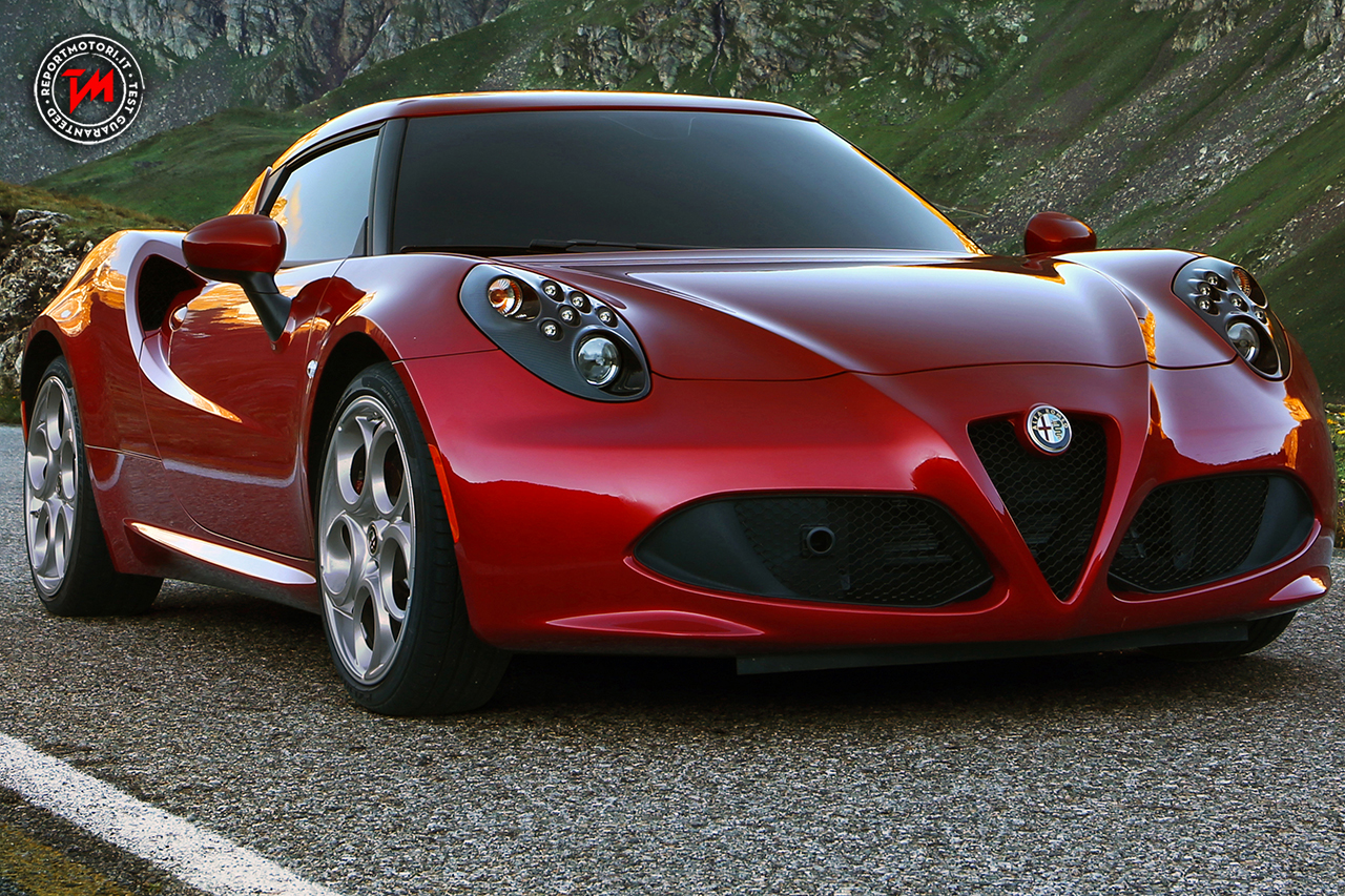 l 39 alfa romeo 4c a parigi regina del salone con la nuova giulia. Black Bedroom Furniture Sets. Home Design Ideas