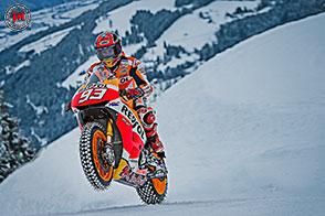 Marc Marquez sfida neve e ghiaccio in sella alla sua Honda RC213V