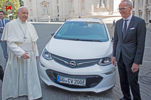 papa francesco,opel ampera-e