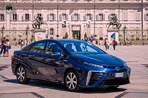 Test drive della prima berlina di serie alimentata a idrogeno, la Toyota Mirai