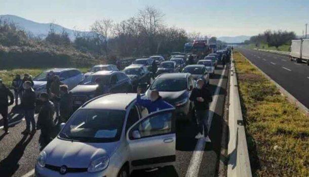 Autostrada A1 Napoli - Roma bloccata per protesta dei mercatali
